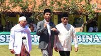 Presiden Jokowi (tengah) bersama Rais Am PBNU KH Ma'ruf Amin (kiri) saat meresmikan Bank Wakaf Mikro di Serang, Banten, Rabu (14/3). Proses pendampingan dan pembiayaan Bank Wakaf Mikro dilakukan dalam bentuk kelompok. (Liputan6.com/Pool/Biro Setpres)