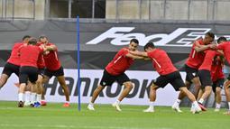 Para pemain Sevilla melakukan pemanasan saat sesi latihan di Cologne, Jerman, Kamis (20/8/2020). Sevilla akan menghadapi Inter Milan di final Liga Europa. (AP Photo/Martin Meissner)