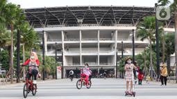 Warga melakukan aktivitas olahraga di kawasan Stadion Utama Gelora Bung Karno, Jakarta, Sabtu (6/6/2020). SUGBK dibuka kembali untuk kegiatan olahraga masyarakat dengan menerapkan protokol kesehatan pasca keputusan Pemprov DKI Jakarta menerapkan PSBB transisi. (Liputan6.com/Helmi Fithriansyah)