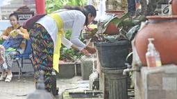 Umat Hindu mengambil air suci sebelum memasuki Pura Aditya Jaya, Jakarta, Sabtu (17/3). Pura Aditya Jaya menjadi tempat perayaan Nyepi umat Hindu di Jakarta. (Liputan6.com/Herman Zakharia)