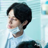 """Lee Dong Wook di serial drama """"Hell is Other People"""". (Foto: Soompi)"""
