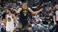Aksi Nikola Jokic saat Nuggets kalahkan Warriors (AP)