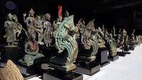 Sejumlah artefak ditampilkan dalam upacara serah terima di Museum Nasional, Phnom Penh, Kamboja, Jumat (5/7/2019). Artefak yang dikembalikan oleh kolektor Jepang tersebut terdiri dari patung Buddha, patung Dewa Siwa Hindu, guci, keramik, dan perhiasan. (AP Photo/Heng Sinith)