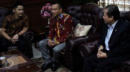 Anggota Komisi X Anang Hermansyah (tengah) saat berdiskusi dengan Wakil ketua DPR Taufik Kurniawan (kanan) di Kompleks MPR/DPR, Senayan, Jakarta,  (18/1). (Liputan6.com/Johan Tallo)
