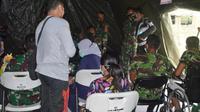 Puluhan pengungsi ditangani dokter di RS Lapangan di Mamuju, Sulbar. (Istimewa)
