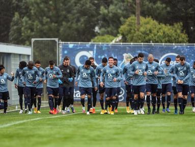 Para pemain Porto melakukan pemanasan saat mengikuti sesi latihan di tempat latihan klub di Olival, di Vila Nova de Gaia (2/11/2020). Porto akan bertanding melawan Olympique de Marseille pada  Grup C Liga Champions di di Estadion Do Dragao, Portugal. (AFP/Carlos Costa)