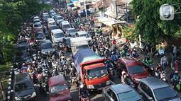 Suasana Jalan Lenteng Agung Raya, Tanjung Barat, Jakarta Selatan, yang macet pada Selasa (20/10/2020). Mulai meningkatnya aktivitas warga selama PSBB transisi menyebabkan kemacetan kembali terjadi di sejumlah titik Ibu Kota. (Liputan6.com/Immanuel Antonius)