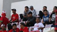 Pelatih Timnas Indonesia senior, Simon McMenemy, terlihat menyaksikan laga Timnas Indonesia U-22 vs Malaysia di Piala AFF U-22 2019 di Olympic Stadium, Phnom Penh, Rabu (20/2/2019). (Bola.com/Zulfirdaus Harahap)