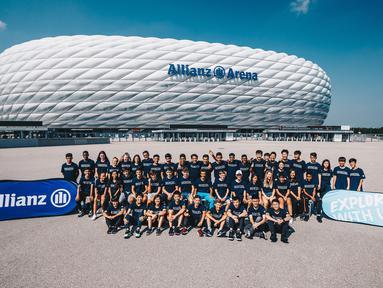 Peserta Allianz Explorer Camp Football 2019 berfoto bersama di depan Stadion Allianz Arena, Munchen, Jerman, Jumat (23/8). Allianz Indonesia mengirimkan dua pesepak bola muda berbakat ke Jerman. (Dokumentasi Allianz)