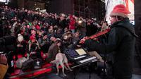 Musisi Laurie Anderson menggelar konser di Times Square dengan anjing sebagai penonton utamanya.