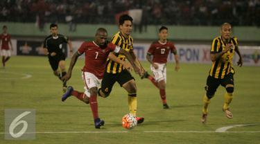 Boaz Sollosa (kiri) tampil gemilang saat laga uji coba Indonesia vs Malaysia di Stadion Manahan Solo, Selasa (6/9). Indonesia menang dengan skor 3-0. (Liputan6.com/ Boy Harjanto)