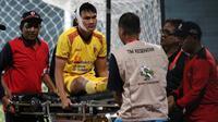 Bek Sriwijaya FC, Bobby Satria, ditandu akibat luka pada kepala saat laga kontra Persewar di Stadion Gelora Delta, Sidoarjo (10/11/2019). (Bola.com/Aditya Wany)