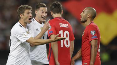 Pemain Jerman, Julian Draxler (2kiri) dan Thomas Mueller, (kiri) merayakan gol saat melawan Norwegia pada laga grup C kualifikasi Piala Dunia 2018 di Mercedes-Benz Arena, Stuttgart, (4/9/2017). Jerman menang 6-0. (AP/Matthias Schrader)