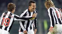Juventus' forward Alessandro Del Piero (C) celebrates after scoring with teammates Domenico Criscito (L) and Pavel Nedved during their Serie A match at Olympic stadium in Turin, 25 November 2007. Juventus won the game 5-0. AFP PHOTO / GIUSEPPE CACACE