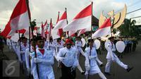 Peserta membawa bendera Merah Putih saat mengikuti pawai dengan membawa lambang Garuda Pancasila di Jl Malioboro, Yogyakarta,  (01/6/2016).Pawai di selenggarakan untuk memperingati hari lahir Pancasila.(Boy Harjanto)