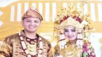 Penumpang Sriwijaya Air SJ-182 Indah Halimah Putri berfoto bersama suaminya Rizki, saat menggelar pesta pernikahan menggunakan adat Ogan Ilir Sumsel (Dok. foto pribadi keluarga Indah / Nefri Inge)