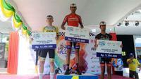 Pembalap Iran Arvin Moazamigodarzi (Iran) jadi yang pertama melewati garis finis pada etape ketiga Tour de Flores 2017.