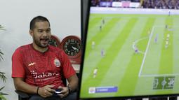 Pemain Persija Jakarta, Andritany Ardhiyasa, saat bermain FIFA 20 di Kantor KLY, Gondangdia, Jumat (26/6/2020). Andritany berhasil menjadi juara BOLA Esports Challenge setelah mengalahkan Rizky Darmawan dengan skor 8-0. (Bola.com/M Iqbal Ichsan)