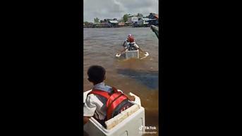 Viral Video 3 Anak SD Seberangi Sungai Riding Gunakan Boks Styrofoam