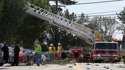 Petugas pemadam di kerahkan ke lokasi ledakan yang menyebabkan kebakaran di kompleks apartemen di Sivler Spring, Maryland, Washington DC, Kamis (11/8). Dua orang dipastikan tewas akibat kejadian ini dan tujuh lainnya masih hilang. (REUTERS/Joshua Roberts)
