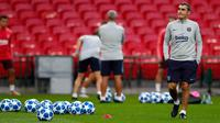 Pelatih Barcelona, Ernesto Valverde melihat para pemainnya berlatih di Wembley Stadium di London (2/10). Barcelona akan bertanding melawan wakil Inggris Tottenham Hotspur pada grup B Liga Champions. (AP Photo/Frank Augstein)