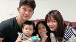 Iko Uwais dan Audy Item telah dikaruniai dua orang putri. Anak pertamanya, Atreya Syahla Putri Uwais lahir pada 2013 silam. Sementara anak keduanya lahir pada 2018 lalu. Kehadiran dua buah hati ini makin melengkapi keluarga kecilnya (Liputan6.com/IG/@audyitem)