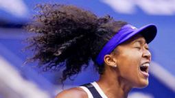 Petenis Jepang, Naomi Osaka, melakukan selebrasi usai menjuarai AS Terbuka di Arthur Ashe Stadium, New York, Minggu (13/9/2020). Naomi Osaka mengalahkan Victoria Azarenka 1-6, 6-3, dan 6-3. (AP Photo/Seth Wenig)