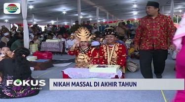 Disaksikan Gubernur DKI dan Aa Gym, 557 pasangan dari seluruh Jakarta mengikuti nikah massal yang berlangsung dengan khidmat dan meriah.