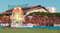 Suporter PSM di Stadion Andi Mattalatta Mattoangin sebelum akhirnya laga leg kedua final Piala Indonesia 2018 kontra Persija ditunda PSSI, Minggu (28/7/2019). (Bola.com/Abdi Satria)