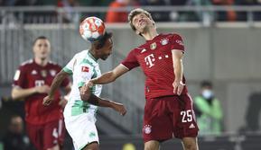 Penyerang Bayern Munchen Thomas Muller (kanan) dan gelandang Greuther Fuerth, Julian Green pada pekan keenam Liga Jerman 2021/2022 di Trolli Arena, Sabtu (25/9/2021) dini hari WIB. Die Roten –julukan Bayern Munchen – menang 3-1 atas tim promosi Greuther Furth. (Daniel Karmann/dpa via AP)