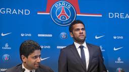 Mantan bek Juventus, Dani Alves, menghadiri jumpa pers saat perkenalan dirinya sebagai pemain baru PSG di Stadion Parc des Princes, Paris, Rabu (12/7/2017). (EPA/Ian Langsdon)