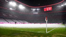 Pemandangan saat hujan salju mewarnai pertandingan Bundesliga antara Bayern Munchen dan Arminia Bielefeld di Allianz Arena, Munich, Jerman, Senin (15/2/2021). Laga berakhir dengan skor 3-3. (AP Photo/Andreas Schaad, Pool)