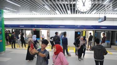 Warga foto di stasiun MRT Bundaran HI, Jakarta, Selasa (19/2). Setiap stasiun MRT fase 1 ini punya tema dan konsep yang berbeda. (Liputan6.com/Angga Yuniar)