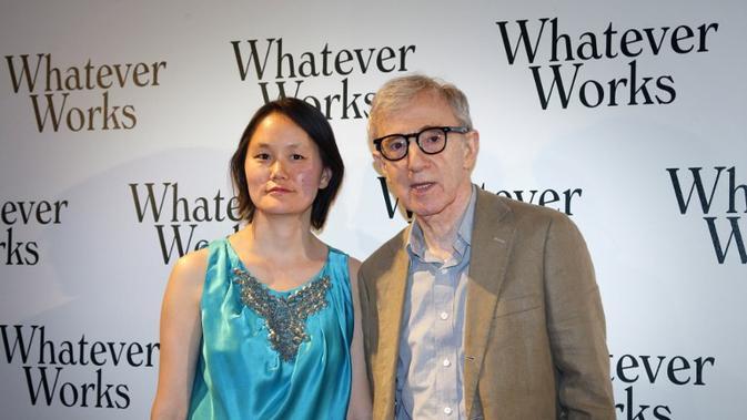Woody Allen & Soon-Yi Previn menikah pada tahun 1997. Allen lahir pada 1935 sementara istrinya di tahun 1970. Perbedaan usia mereka 35 tahun. (PATRICK KOVARIK / AFP)