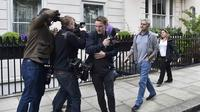 Para jurnalis mengambil gambar aktivitas Jose Mourinho saat keluar dari kediamanya di London (22/5/2016). Kalangan media di Inggris mengungkapkan, The Special One setuju dengan penawaran yang diajukan Manchester United untuk menjadi manajer selama tiga ta