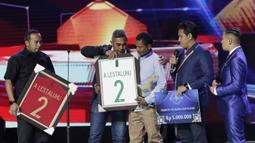 Erwin Lestaluhu orangtua dari Alfin Lestaluhu menerima penghargaan pada Indonesian Soccer Awards 2019 di Emtek City, Jumat (10/1/2020). Timnas Indonesia U-16 memensiunkan nomor punggung dua yang sebelumnya dipakai oleh Alfin Lestaluhu. (Bola.com/M Iqbal Ichsan)