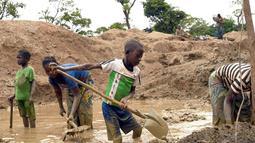 Para bocah ini tidak bersekolah. Mereka lebih memilih menjadi pekerja tambang karena tuntutan ekonomi, Afrika Tengah (AFP PHOTO / ISSOUF SANOGO)