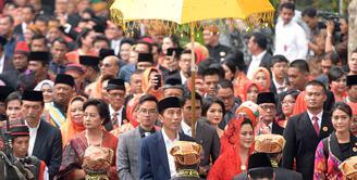 Puncak acara pernikahan adat Kahiyang Ayu dan Bobby Nasution di gelar hari ini Sabtu, (25/11/2017). Acara dimulai pukul 09.00 pagi. Acara digelar di kediaman keluarga Bobby. (Deki Prayoga/Bintang.com)