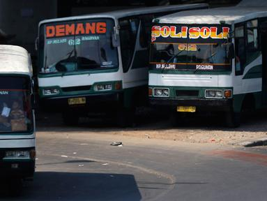 Bus Kopaja 612 jurusan Kampung Melayu-Ragunan menunggu penumpang di terminal Kampung Melayu, Jakarta, Rabu (7/10). Pemprov DKI berencana secara bertahap akan menghapus angkutan umum bus berukuran sedang di Ibukota. (Liputan6.com/Yoppy Renato)