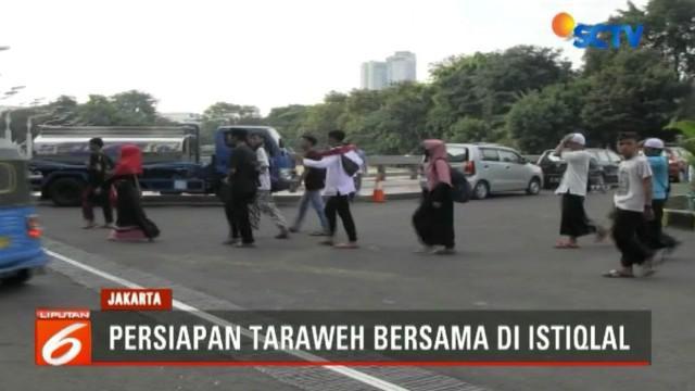 Pengelola Masjid Istiqlal telah menyiapkan seluruh sarana agar acara taraweh bersama berjalan lancar termasuk panggung.