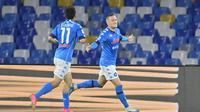 Pemain Napoli, Piotr Zielinski (kanan) merayakan gol yang dicetaknya dalam pertandingan menghadapi Udinese dalam lanjutan Serie A Liga Italia di Stadion Diego Armando Maradona, Rabu (12/5/2021). (Fabrizio Corradetti/LaPresse via AP)