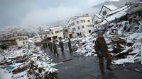 Pasukan Bela Diri Jepang berjalan di reruntuhan pasa-gempa Maret 2011 di Kamaishi (Reuters)