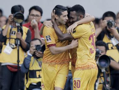 Pemain Sriwijaya FC merayakan gol yang dicetak oleh Esteban Vizcarra ke gawang PSMS Medan pada perebutan tempat ketiga Piala Presiden di SUGBK, Jakarta, Sabtu (17/2/2018). PSMS kalah 0-4 dari Sriwijaya. (Bola.com/M Iqbal Ichsan)