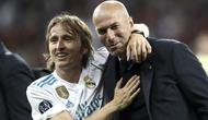 Ekspresi bahagia Zinedine Zidane dan Luka Modric saat meraih trofi Liga Champions 2018 di Olympic Stadium, Kiev, Ukraina, (26/5/2018). Zinedine mundur sebagai pelatih Madrid 31 Mei 2018. (AFP/Update Images Press/Isabella Bonotto)