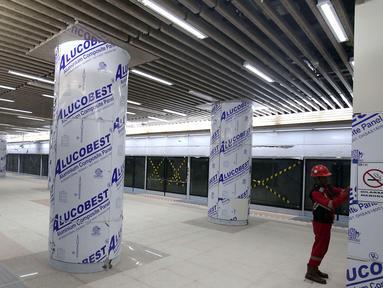Pekerja mengecek dinding di Stasiun Mass Rapid Transit (MRT) Dukuh Atas, Jakarta, Kamis (27/9). Pembangunan konstruksi proyek MRT Jakarta fase satu yang menghubungkan Lebak Bulus - Bundaran HI sudah mencapai 96,53 persen. (Liputan6.com/Angga Yuniar)