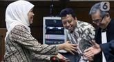 Gubernur Jatim, Khofifah Indar Parawansa (kiri) menyalami penasehat hukum M Romahurmuziy, terdakwa suap jual-beli jabatan di lingkungan Kemenag usai menjadi saksi pada sidang lanjutan, Pengadilan Tipikor Jakarta, Rabu (11/12/2019). Sidang mendengar keterangan saksi. (Liputan6.com/Helmi Fithriansyah)