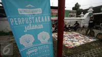 Perpustakaan keliling yang didirikan Rumah Baca Komunitas (RBK) di Alun-Alun Selatan Yogyakarta, 14 Juni 2016. Perpustakaan Jalanan RBK buka sore sambil Ngabuburead sampai jelang berbuka puasa. (Liputan6.com/Boy Harjanto)