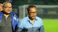 Salah satu pembina klub Arema, Lalu Mara Satriawangsa (kiri) bersama Aji Santoso. (Bola.com/Iwan Setiawan)