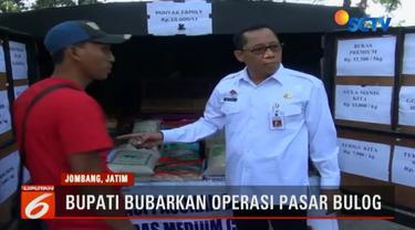 Pejabat Bupati Jombang Setiajit, melakukan sidk menegur petugas bulog yang sedang menggelar operasi pasar di depan Pasar Pon Kota Jombang, Jawa Timur. Bupati kecewa lantaran harga yang ditetapkan bulog ternyata lebih tinggi dari harga pasar.