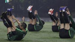 Para pemain Timnas Indonesia melakukan pemanasan saat latihan di Lapangan ABC Senayan, Jakarta, Jumat (7/6). Latihan ini persiapan jelang laga persahabatan melawan Yordania. (Bola.com/Yoppy Renato)